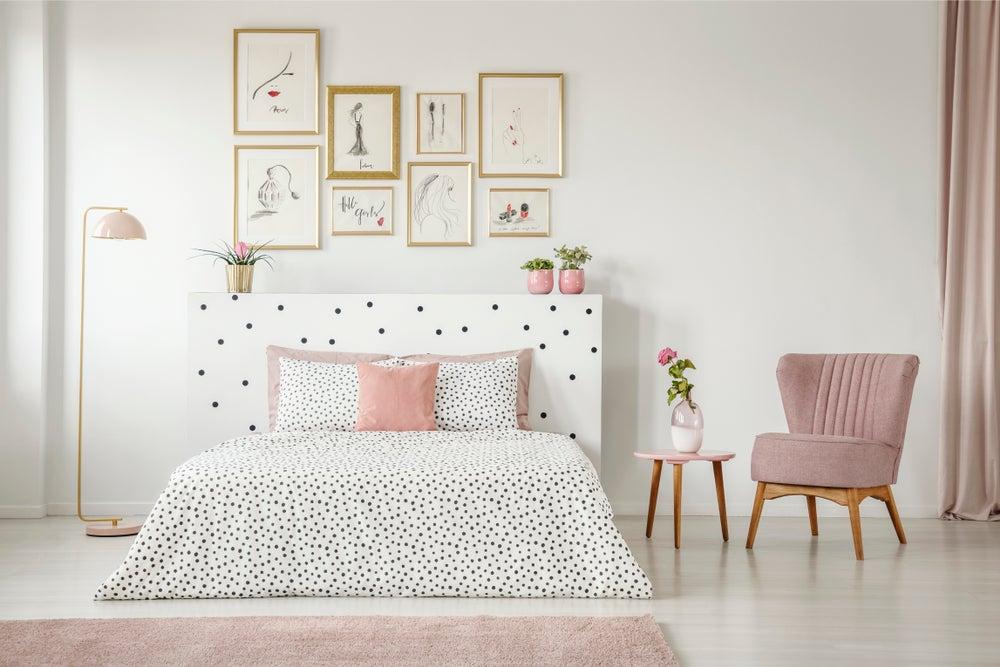 Dormitorio con cuadros en dorado.