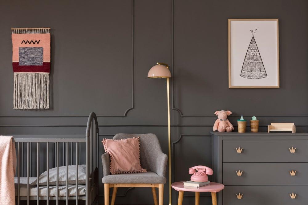 Dormitorio gris infantil.