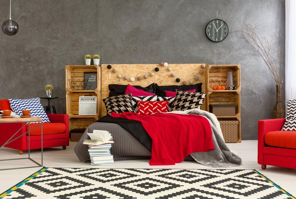 Dormitorio en tonos rojizos.