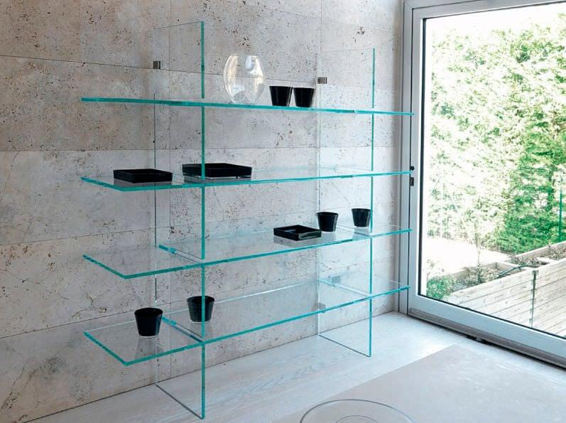 Las estanterías de vidrio en la decoración