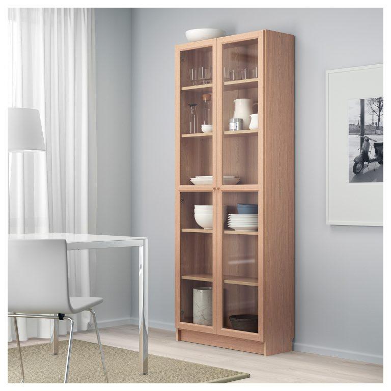 Las estanterías de vidrio pueden tener una estructura de madera.