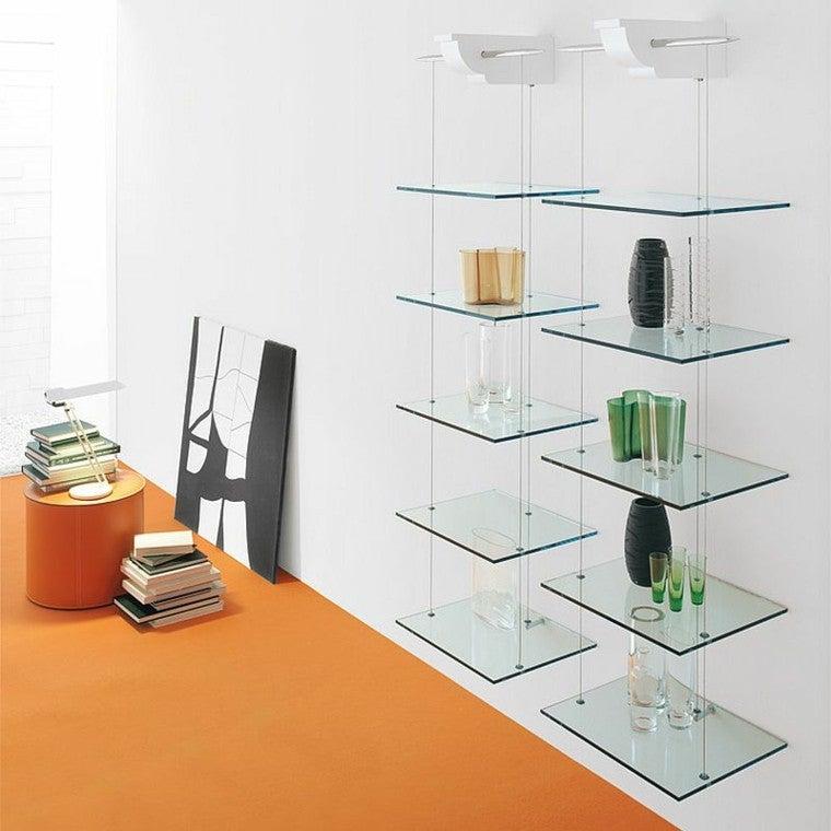 Las estanterías de vidrio fijas.