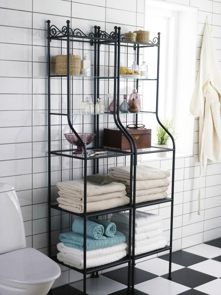 Las estanterías de vidrio pueden tener estructura de metal.