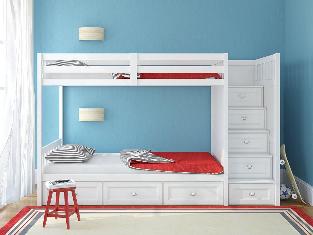 Habitación azul, roja y blanca.