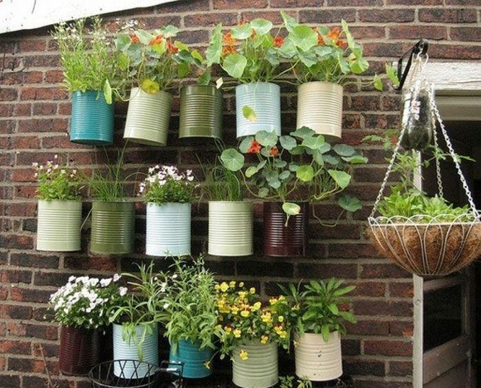 Mini jardín con latas.