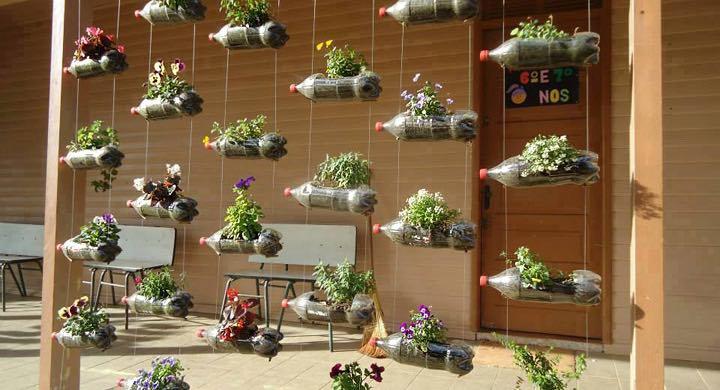 Jardines en miniatura con botellas de plástico.