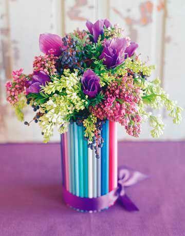 Los jarrones hechos con lápices de colores fríos.