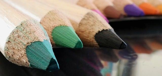 Jarrones hechos con lápices de colores.