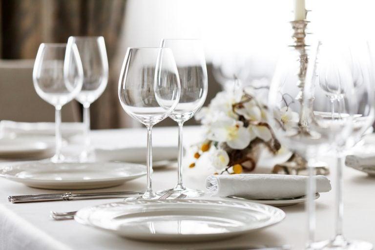 ¿Cómo montar una mesa para una cena formal?