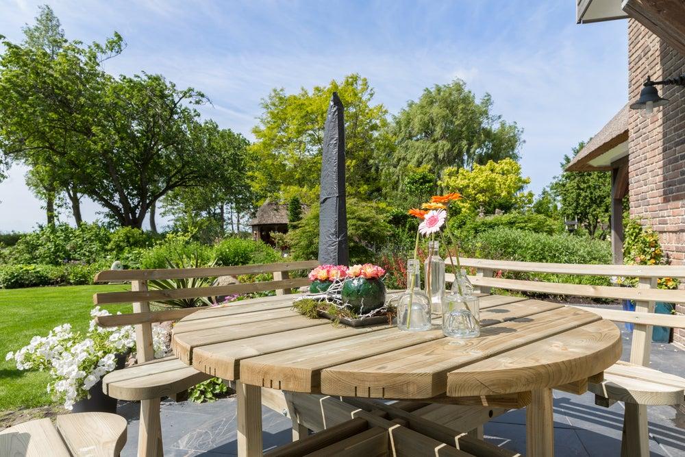 Muebles de madera con diseños orgánicos para tu jardín