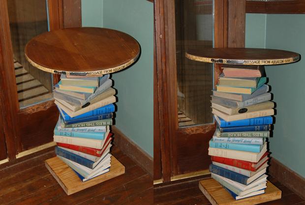 Mesilla hecha con libros.