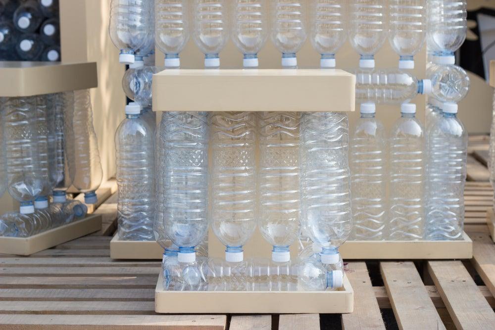 Mobiliario de botellas de plástico.