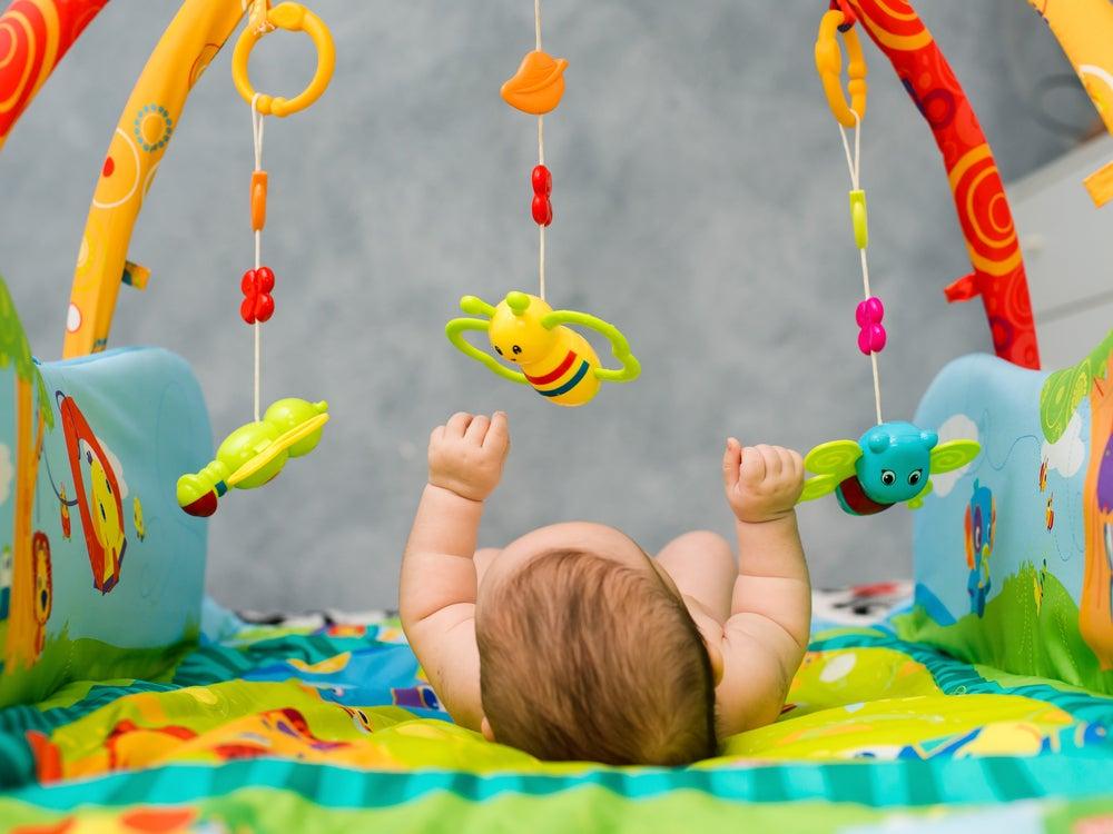 Móvil con sonajeros para bebés.