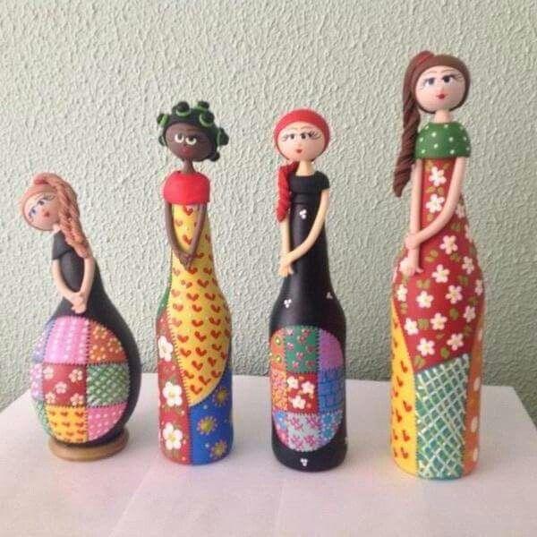 Botellas de vidrio reutilizadas para formar esculturas, un ejemplo de upcycling.