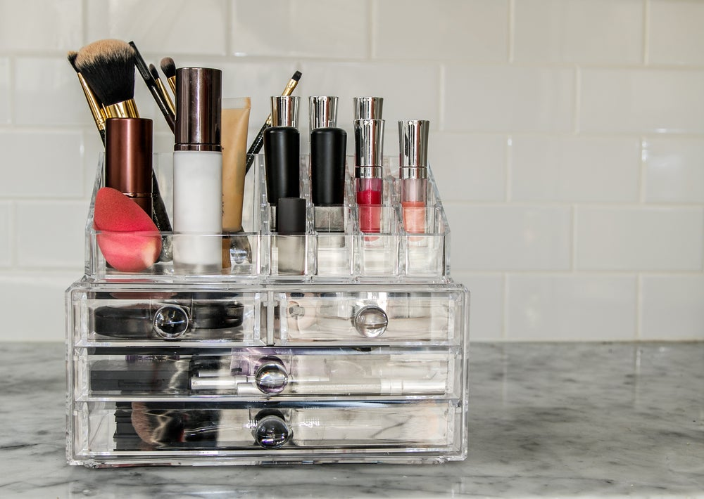 Organizador de maquillaje con cajas de plástico.