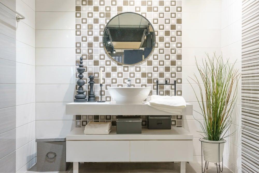 4 tips para empapelar un baño con papeles resistentes a la humedad