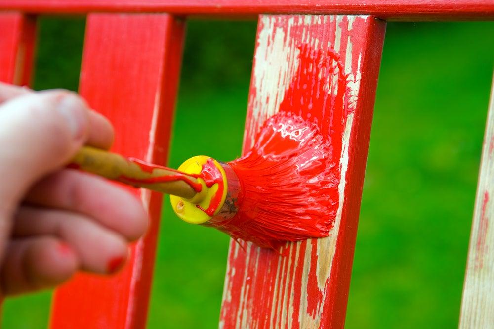 Pintar un mueble al aire libre.