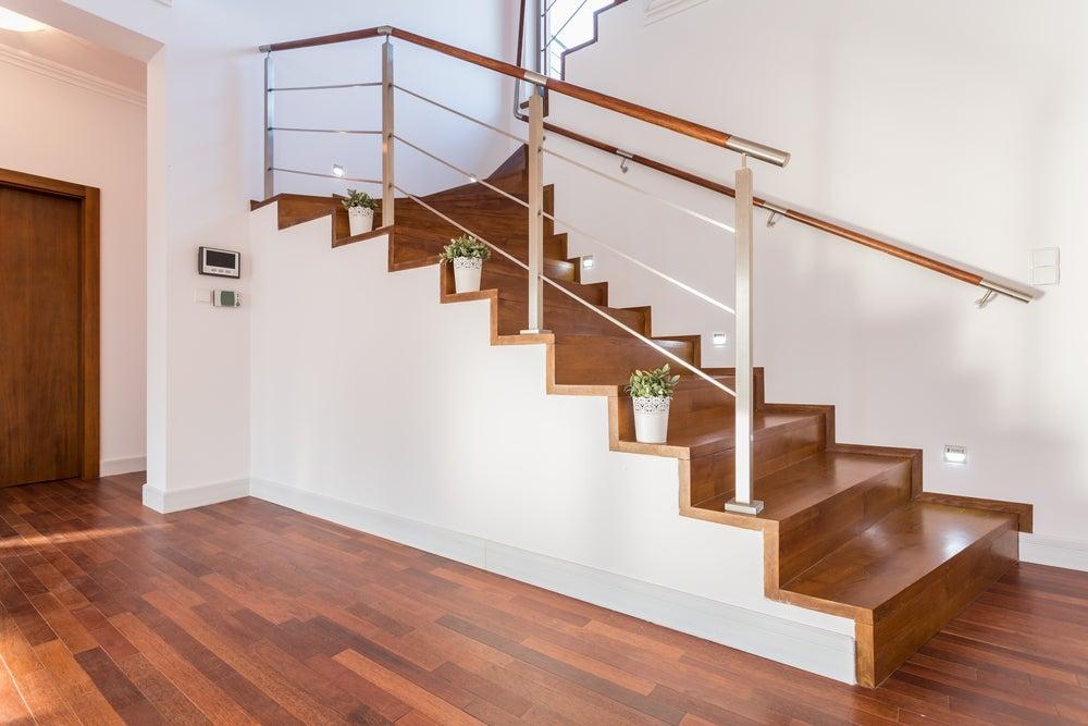 Plantas en los escalones de las escaleras.