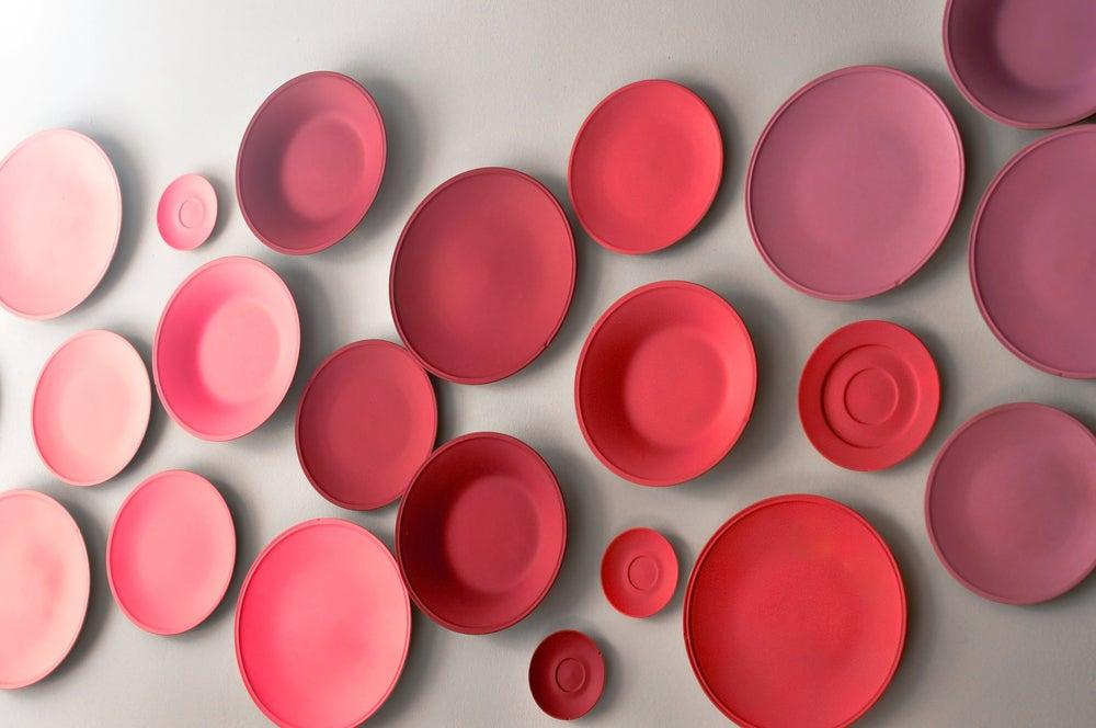 Platos ordenados por colores.