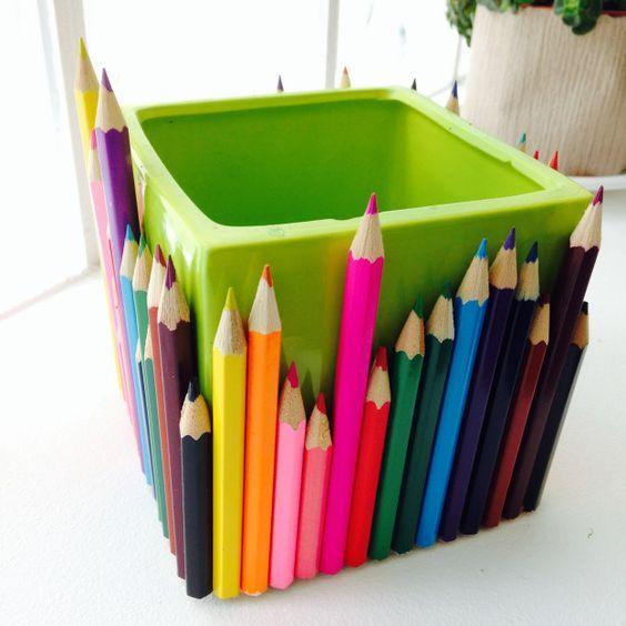 Los jarrones hechos con lápices de colores.