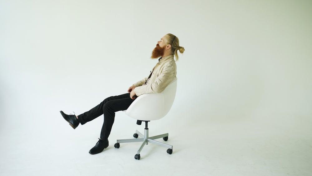 hombre en sillones giratorios