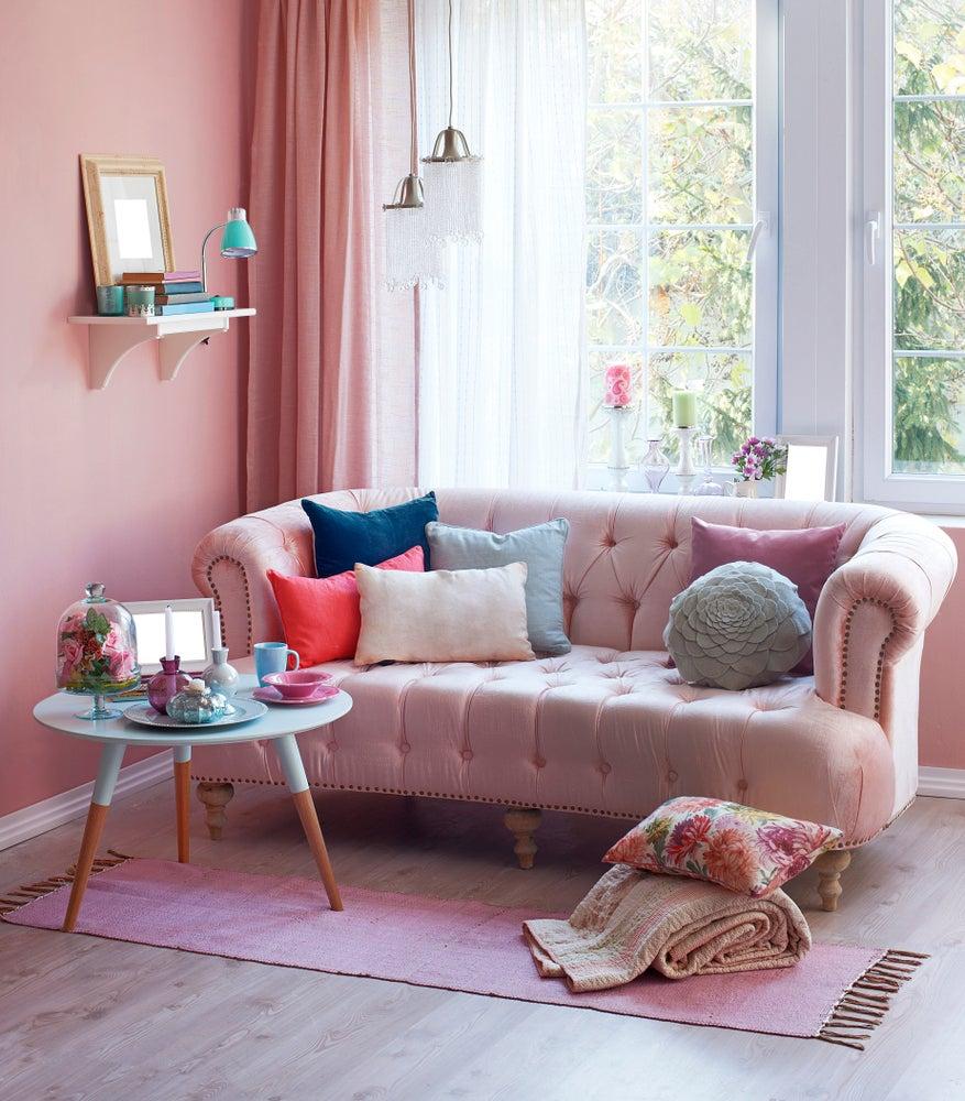 sofás rosas con cojines de colores
