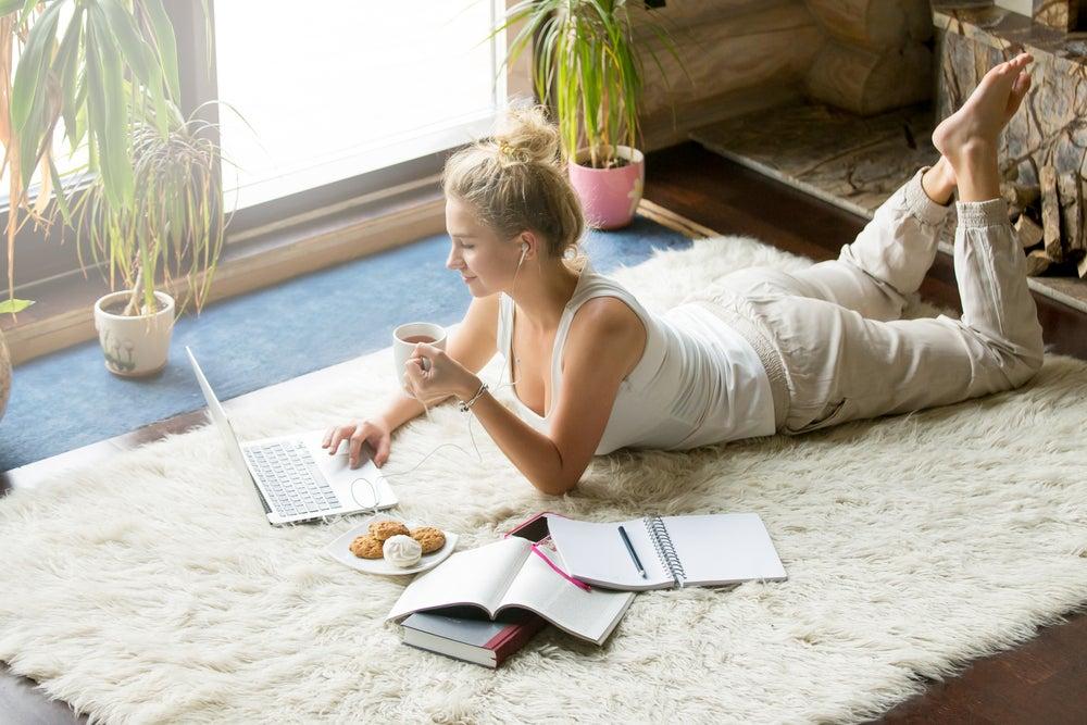 Zona de lectura en la alfombra.