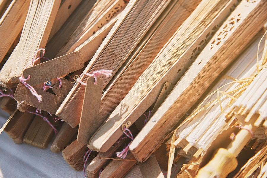 Los abanicos de madera para decorar.