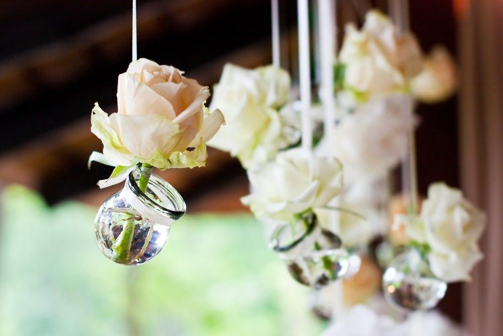 Arreglos florales para una boda y qué color elegir