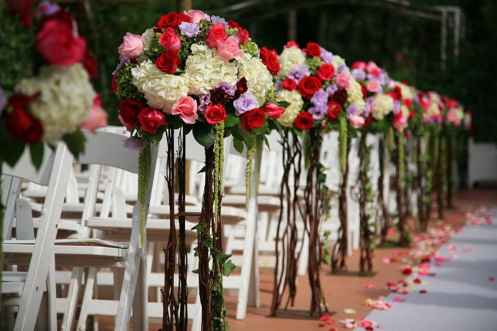 Arreglos florales para las sillas.
