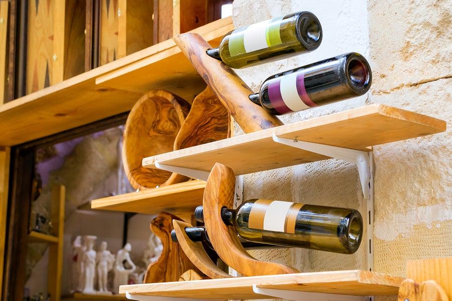 Botellero de madera para vinos.