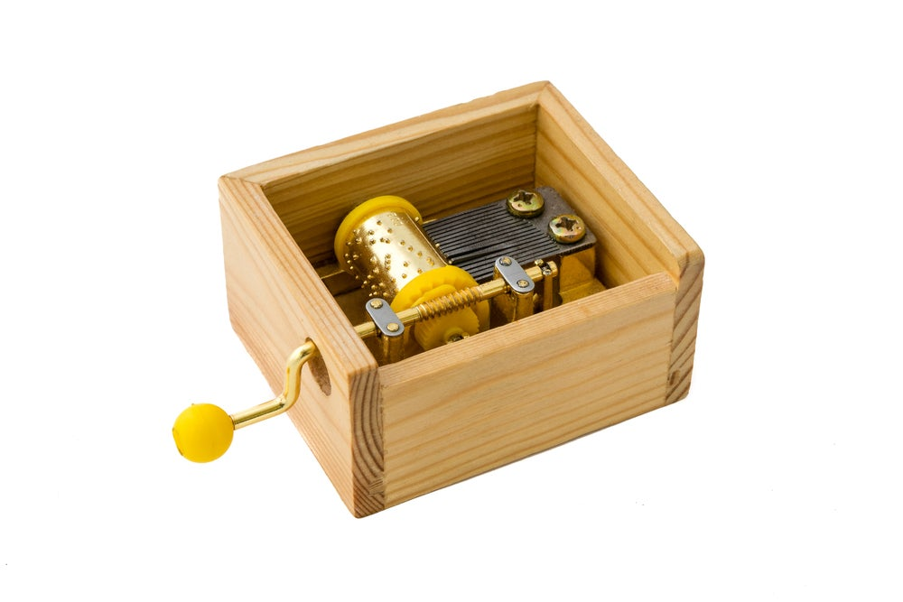 Caja musical de madera.