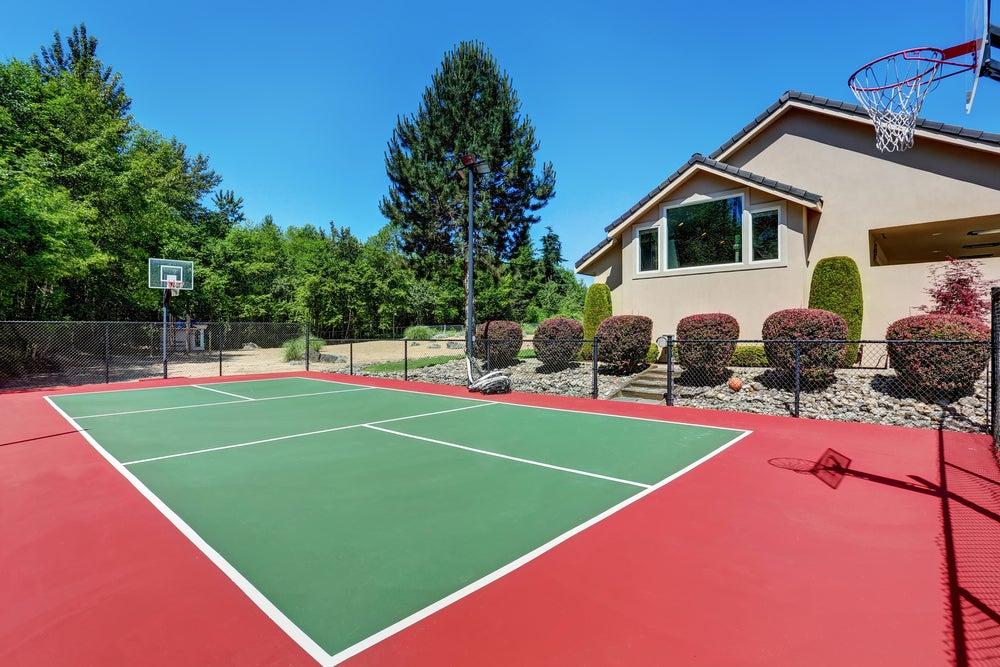 Cancha de baloncesto en el jardín.