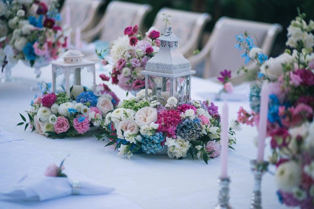 Centro de mesa con flores.
