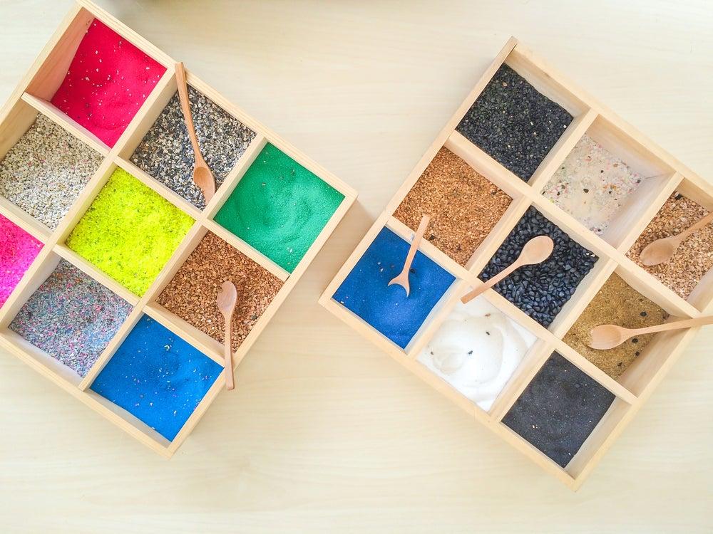 Cuadrados de arena de colores.
