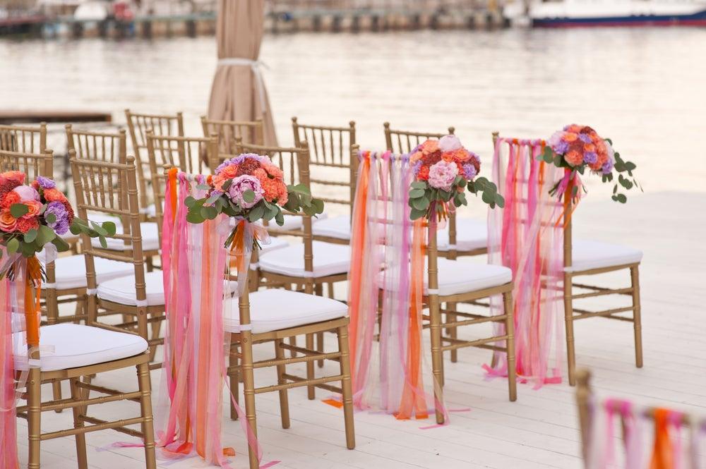 Decoración de las sillas en una boda.