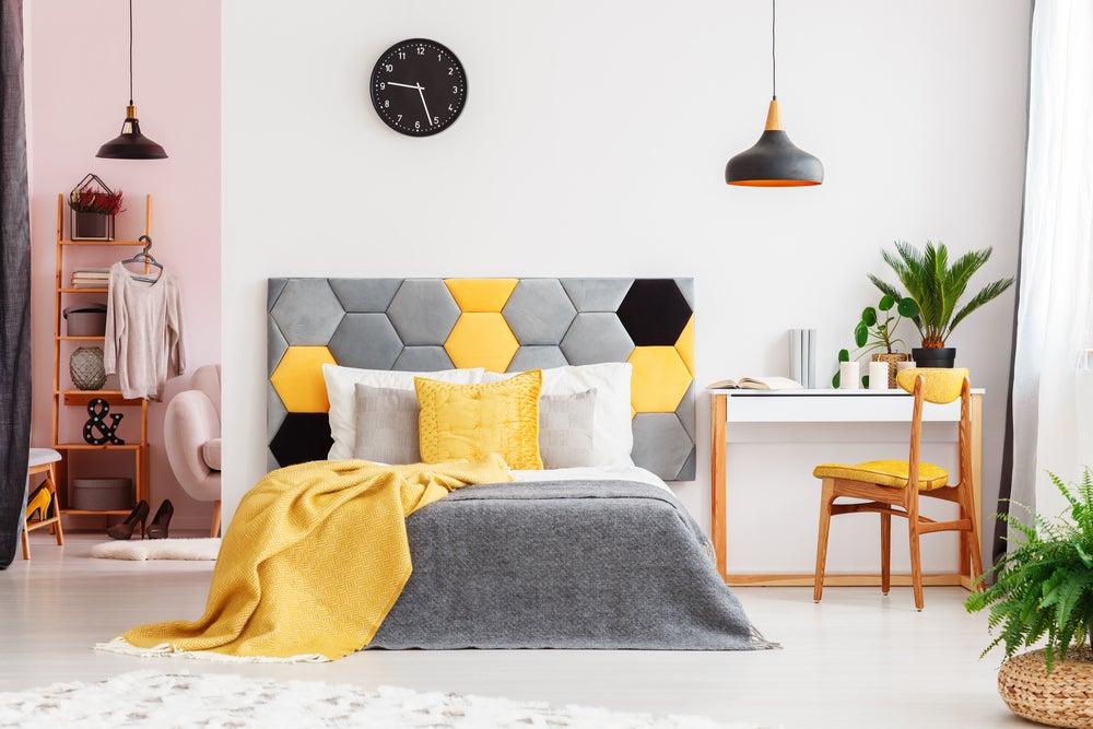 Dormitorio con tonos amarillos.