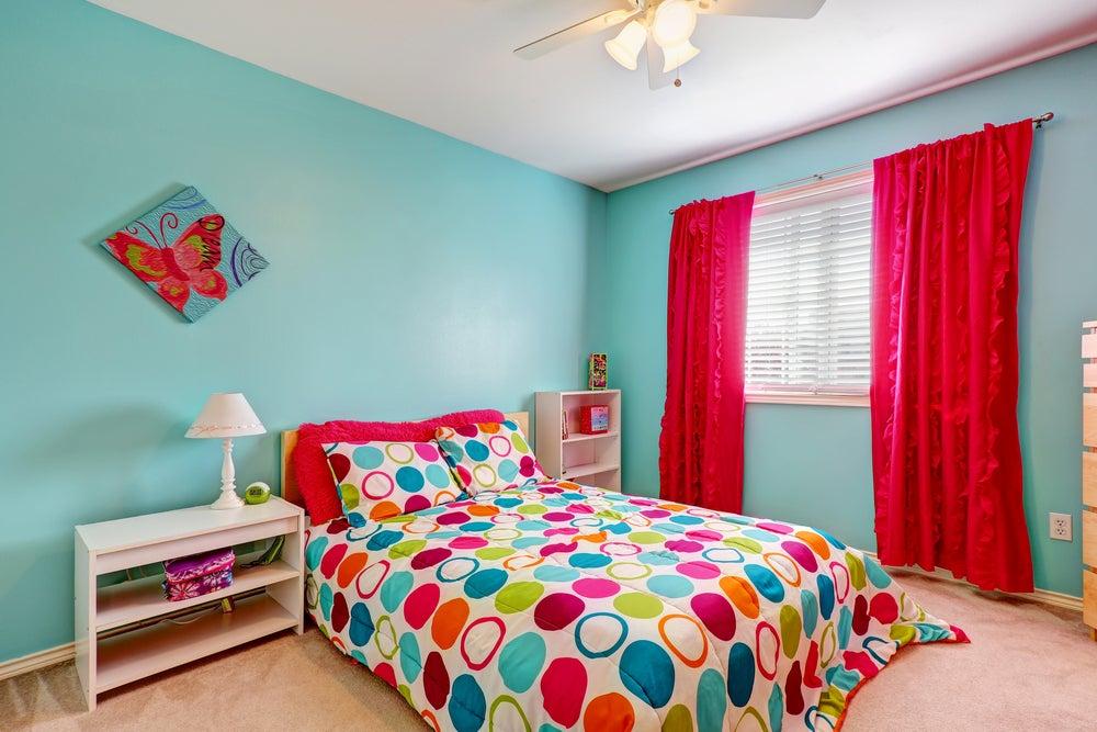 Dormitorio con colores horteras.