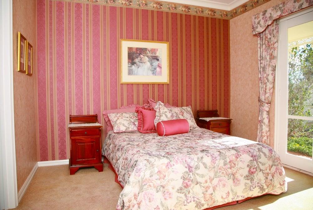 Dormitorio con diferentes estampados.
