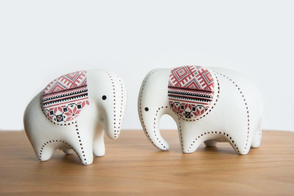 Elefantes de madera en blanco.