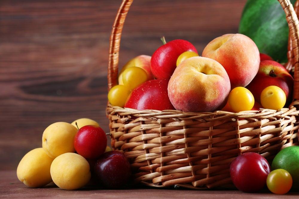 Frutas auténticas en cesta de mimbre.