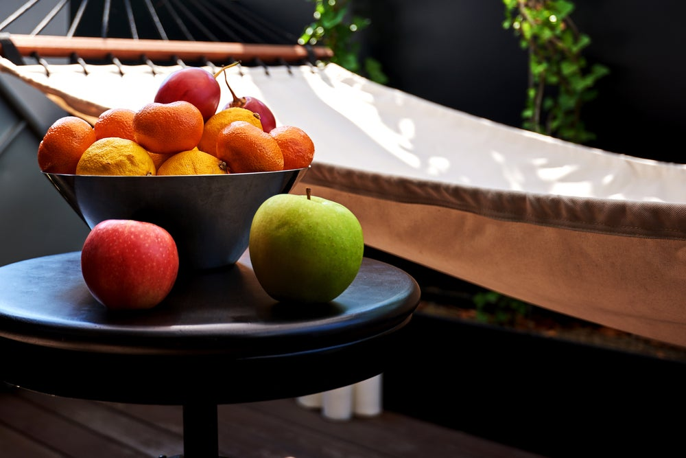 Frutero sobre mesa.