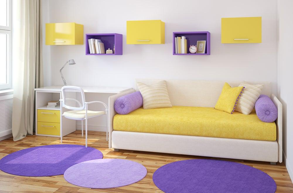 Habitación morada y amarilla.