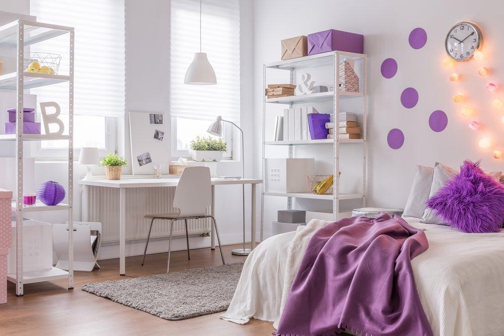 Dormitorio en morado y blanco.