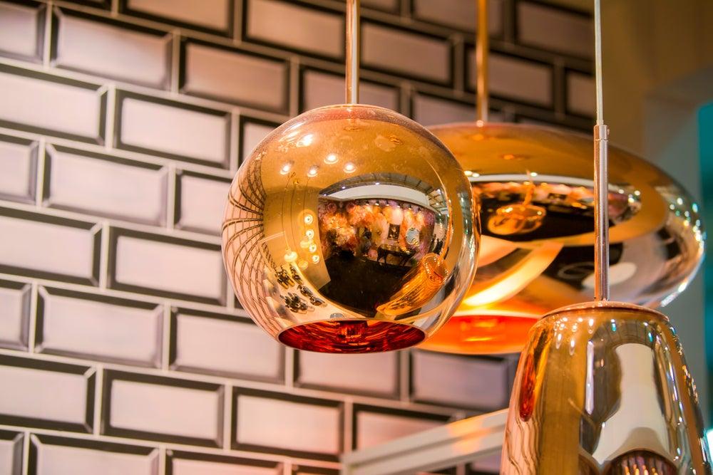 Lámpara de cobre esférica.