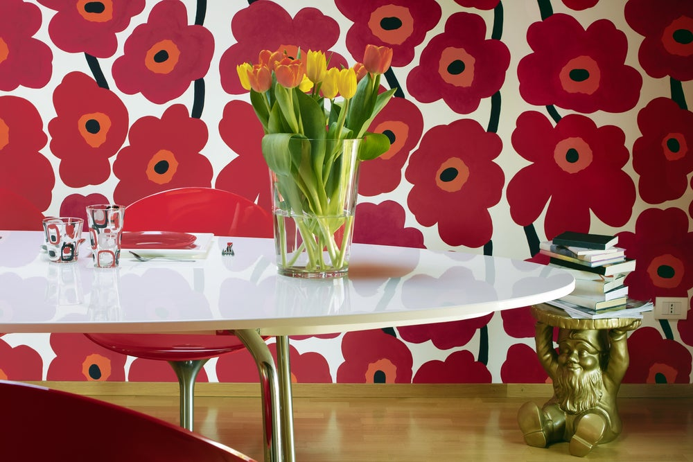 Papel de pared con flores rojas.