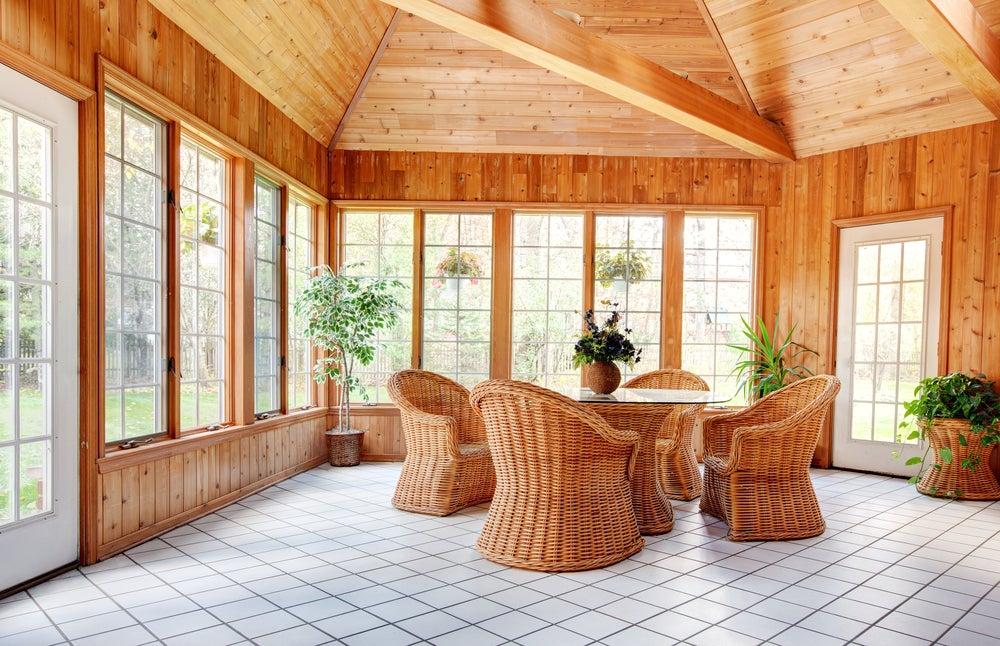 Paredes y techo de madera.