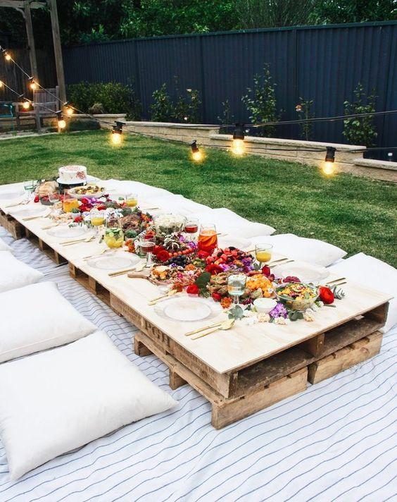 Decorar un picnic en el jardín.