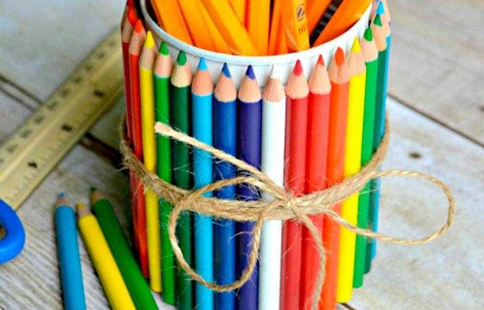 Portalápices con lápices de colores.