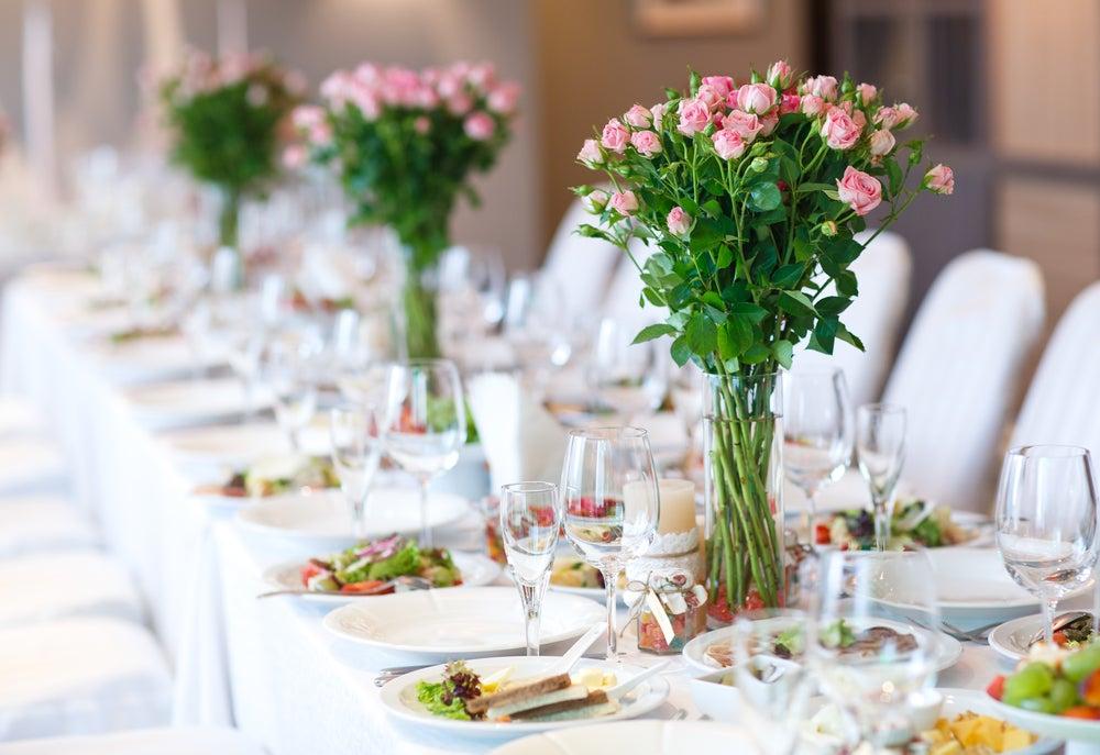 Ramos de flores sobre la mesa.